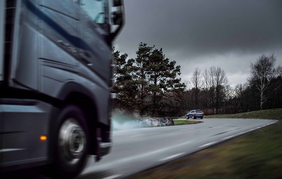 Volvo Connected Safety 18 truck bocht